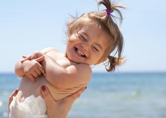 bimba che sorride al mare