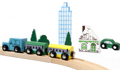 waagons auf bahngleisen mit hochhaus und auto