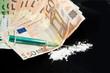 Spritze, Geldscheine und Drogenpulver