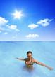 Mädchen relaxt im Wasser