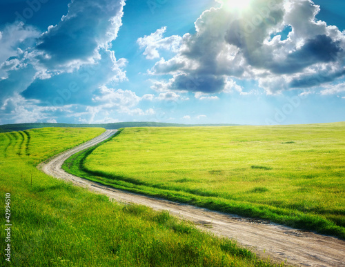 Fahrbahn und tiefer blauer Himmel