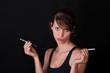 Junge Frau hält elektrische und normale Zigarette