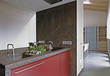 moderna cucina rossa con piano di marmo