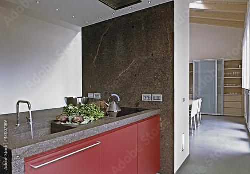 Moderna cucina rossa con piano di marmo immagini e for Abbonamento a cucina moderna