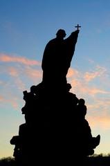 Mönch-Statue in der Abenddämmerung auf der Karlsbrücke in Prag