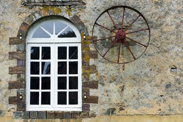 fenêtre et roue ancienne