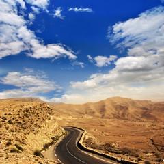 Sahara: Straße durch Stein- und Sandwüste