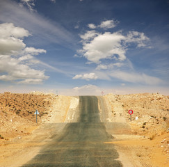 Vom Wind verwehte Straße durch die Sahara
