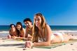 Freunde im Sommer Urlaub am Strand