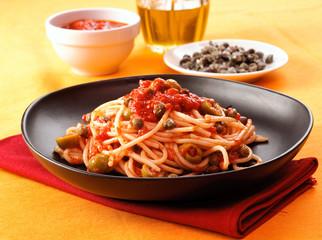 Spaghetti al pomodoro, olive e capperi