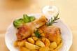 Coscia di pollo su piatto bianco