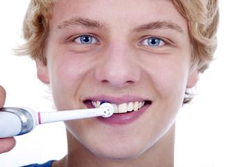Teenager putzt Zähne