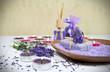 Seife mit Lavendel, Badesalz und Kerzen