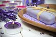 Seife mit Lavendel, Badesalz und Kerzenschein