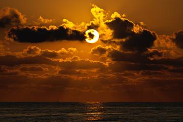 Bellissimo tramonto al mare