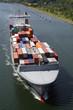 mit Containern beladenes Frachtschiff
