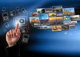 Doigt pressant un icone multimedia tactile