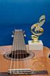 статуэтка на гитаре