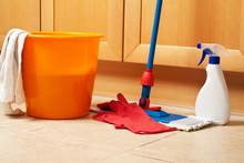 Sprzątanie domu z mopem