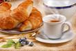 Caffè espresso con cornetti e frutti di mirtillo