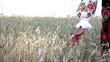 женщина в народном костюме в пшеничном поле