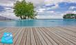 serviette et tongs sur plage bois de piscine