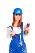 glückliche heimwerkerin mit akkuschrauber und hammer