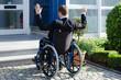 gehbehinderter mann steht vor einer barriere