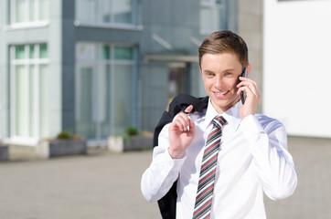 jungunternehmer telefoniert mobil