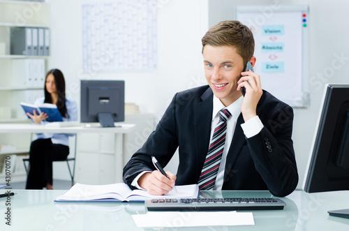 junger geschäftsmann am telefon