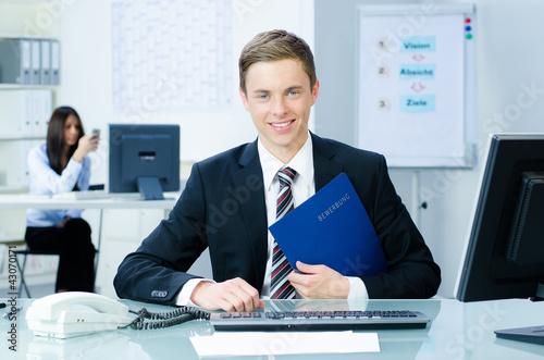 junger mann im büro mit bewerbungsunterlagen