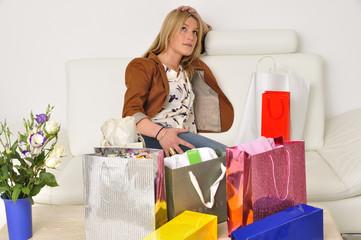 Frau ist erschöpft vom einkaufen