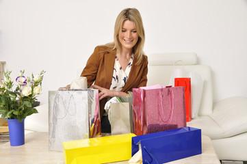Frau freut sich über ihren Einkauf