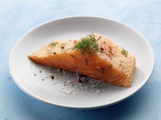 Pavé de saumon cru à l'aneth et aux baies roses