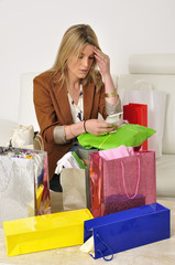 Nachdenkliche Frau prüft die Einkaufsbelege