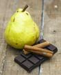 Chocolat noir, poire et bâtons de cannelle