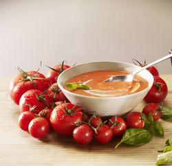 Soupe de tomates à la crème et au basilic
