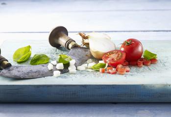 Découpe de tomate, basilic et oignon au hachoir