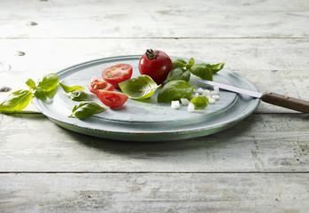 Découpe de tomate, basilic et oignon