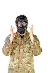 soldato con maschera anti gas