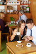 Paar mit Tablet Computer im Café