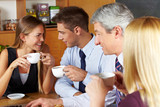 Geschäftsleute machen Pause im Café