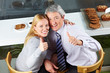 Älteres Paar im Café hält Daumen hoch