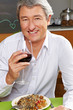 Manager trinkt Rotwein im Restaurant