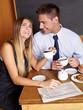 Lachendes Business-Paar im Café