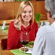 Älteres Paar beim Essen im Restaurant
