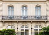 Fototapety Villa mit Balkon und Zaun in Paris