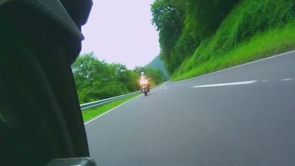 Motorradfahrer während der Fahrt gefilmt