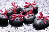 Kamienie z czerwonymi kwiatkami i krople deszczu - 43094141
