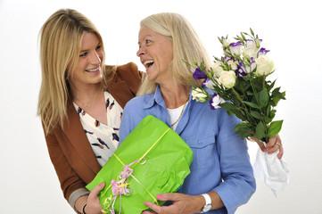 Tochter und Mutter zum Muttertag mit Geschenken